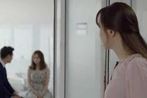 Vợ bầu chết lặng khi thấy chồng dắt tay cô khác vào viện sản, nhưng lời anh nói khiến chị khóc nấc vì hạnh phúc