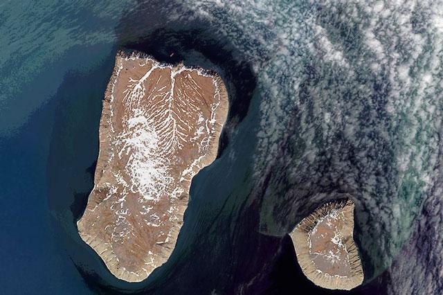 Hai hòn đảo cách nhau không xa, nhưng chênh lệch lớn về múi giờ.