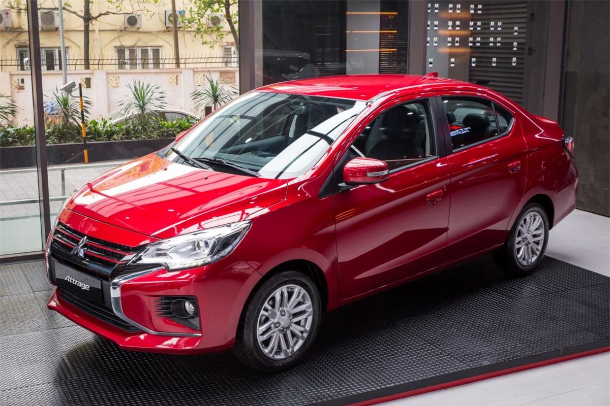 Sau khi ra mắt bản CVT và MT vào tháng 3/2020, mới đây, Mitsubishi tiếp tục giới thiệu phiên bản cao cấp - Premium của mẫu xe này tại Việt Nam theo dạng nhập khẩu từ Thái Lan. Như vậy, Attrage sẽ có 3 phiên bản: Premium , CVT và MT.