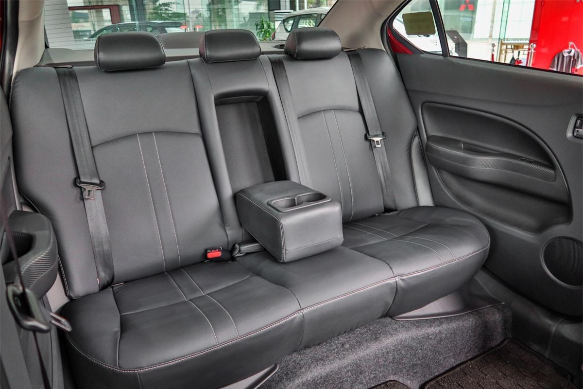 Đồng thời, Attrage Premium được trang bị thêm các tiện nghi như: Chức năng gạt mưa tự động, giúp người lái có được tầm nhìn tốt hơn và tập trung hơn khi lái xe; Hệ thống kiểm soát hành trình (Cruise Control) hỗ trợ người lái dễ dàng kiểm soát tốc độ.