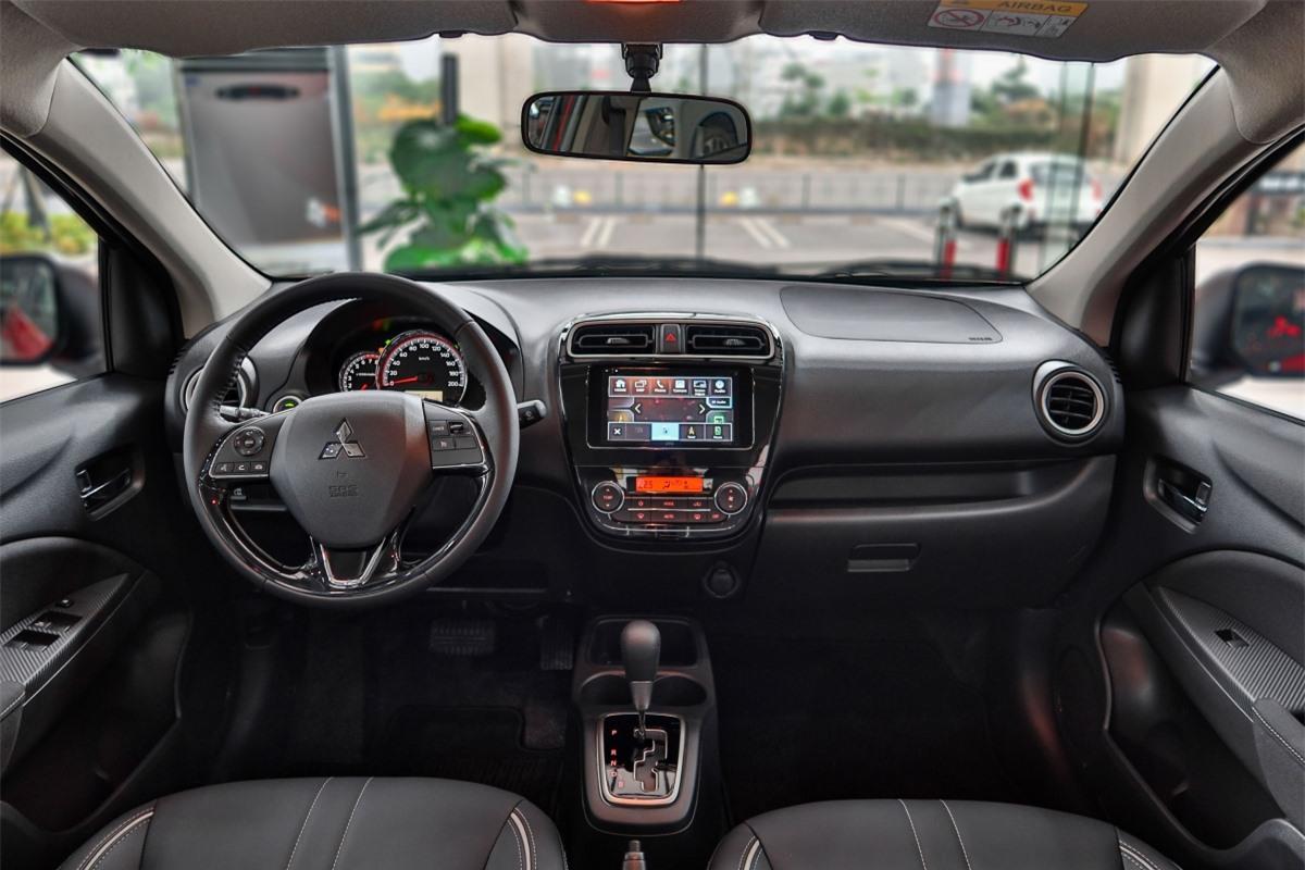 Giống như bản CVT, Mitsubishi Attrage Premium được trang bị màn hình cảm ứng 6,8 inch, hỗ trợ kết nối Apple CarPlay/Android Auto, 4 loa âm thanh và các nút điều chỉnh âm thanh, chuyển bài trên vô-lăng, nút bấm khởi động, chìa khóa thông minh, điều hòa tự động...