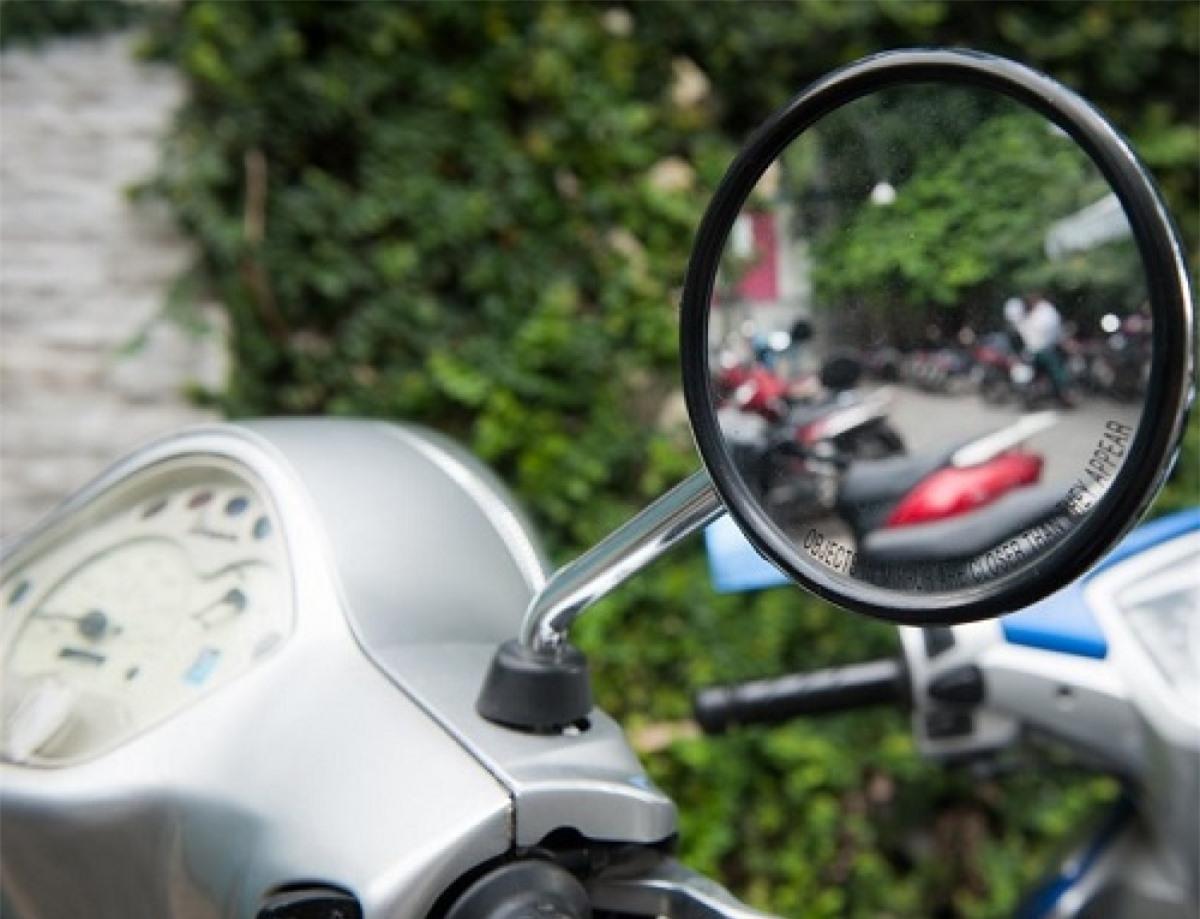 Gương chiếu hậu của xe máy phải đảm bảo tiêu chuẩn mới được lực lượng chức năng chấp nhận. (Ảnh minh họa: KT).
