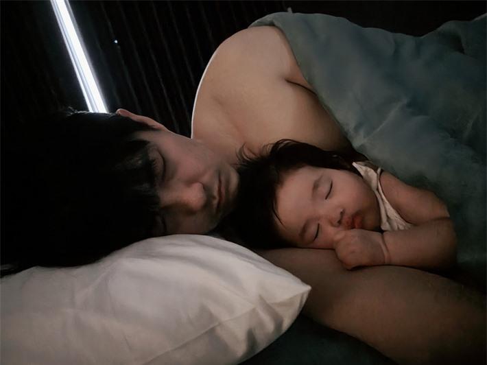 Đông Nhi xuýt xoa thốt lên một câu khi nhìn cảnh chồng và con gái đang ngủ - Ảnh 2.