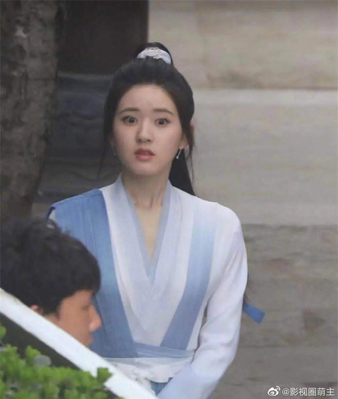 Giật mình trước ảnh hậu trường của Triệu Lộ Tư: Mặt bỗng dưng to gấp đôi Dương Dương, netizen phản ứng ra sao? - Ảnh 5.