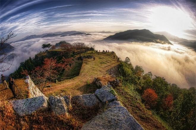 Ngày nay, để giúp bảo vệ tàn tích lâu đài tốt hơn, chính quyền địa phương đang thu phí 300 Yên (đồng Nhật) đối với du khách viếng thăm lâu đài đi bộ khoảng 40 phút từ chân núi lên.