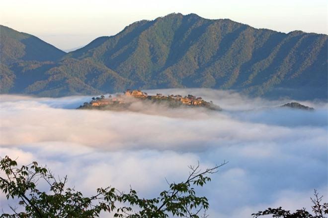 Lâu đài ngoạn mục này nằm ở thành phố Asago, thuộc tỉnh Hyogo của Nhật. Lâu đài được xây dựng cách đây nhiều thế kỷ, trên đỉnh ngọn núi Koga cao 305 m. Ngày nay, những tàn tích của lâu đài kéo dài 402 km và rộng hơn 92 m.
