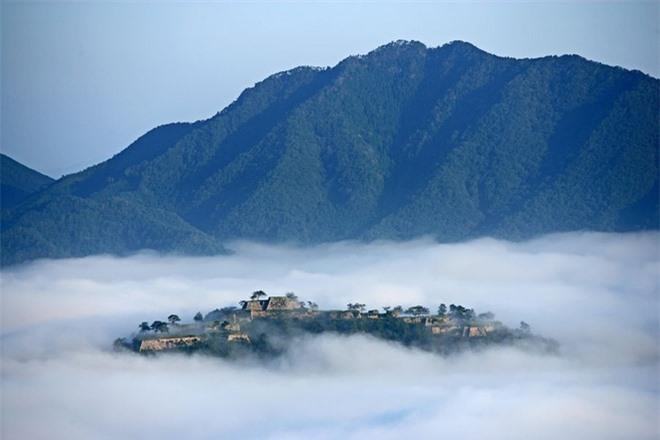 Đặc biệt điểm nhìn lâu đài Takeda ngoạn mục nhất là vào buổi sáng mùa thu, từ khi mặt trời mọc lên kéo dài đến khoảng tám giờ sáng. Đó là khi có sự xuất hiện của màn sương dày treo vất vưởng trên bầu trời vì do qua đêm nên nhiệt độ giảm mạnh. Hiệu ứng được tạo ra bởi một lớp sương mù thực sự ngoạn mục, giống như một lâu đài trên bầu trời, trôi nổi trên những đám mây.