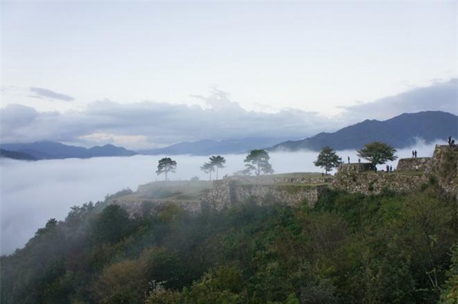 Lâu đài mang vẻ đẹp của một thời hoàng kim, vinh quang xưa, thu hút hàng trăm ngàn lượt du khách viếng thăm mỗi năm.