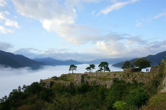 Người ta tin rằng lãnh chúa của gia tộc Yamana xây dựng lâu đài Takeda vào năm 1443. Lịch sử cũng cho thấy rằng lâu đài đã sang tay nhiều lần kể từ khi xây dựng.
