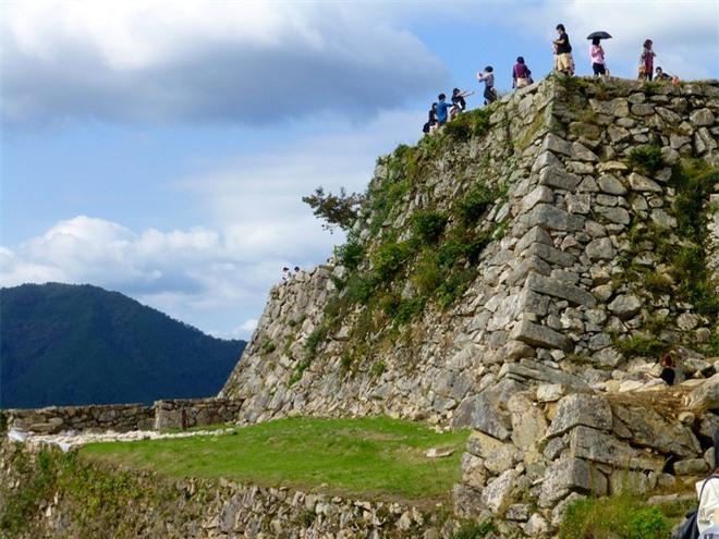 Trải qua một thời gian dài bỏ hoang, tàn phá của chiến tranh mà toàn bộ cấu trúc của lâu đài sụp đổ, suy thoái dần và ngày nay trông vào lâu đài chỉ còn lại tàn tích là nền móng, bậc thềm.