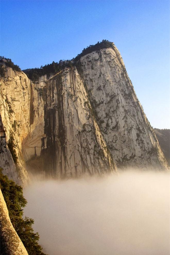 Hoa Sơn nằm ở ngoại ô thành phố Tây An, tỉnh Thiểm Tây, với năm đỉnh núi chính, trong đó đỉnh cao nhất (2.154,9 m) là ngọn Nam Phong (ở phía Nam) hay còn được gọi là Lạc Nhạn.