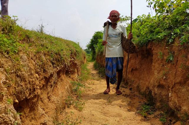 """Quyết tâm đi đào kênh dẫn nước về làng, cụ ông bị vợ và mọi người mỉa mai là """"gã điên"""", 30 năm sau phải quay lại cảm tạ ông"""