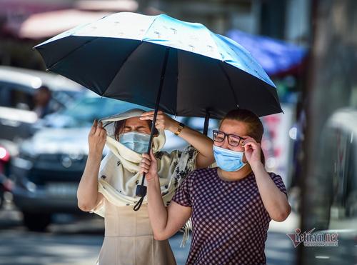 Ảnh: Người Sài Gòn chống chọi với nắng nóng kéo dài gần một tuần