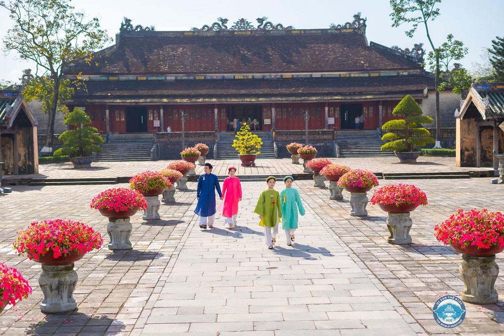 Được miễn 100% giá vé các điểm di tích Huế đối với du khách mặc áo dài truyền thống Việt Nam đến tham quan. (Ảnh: Nguyễn Phúc Bảo Minh)