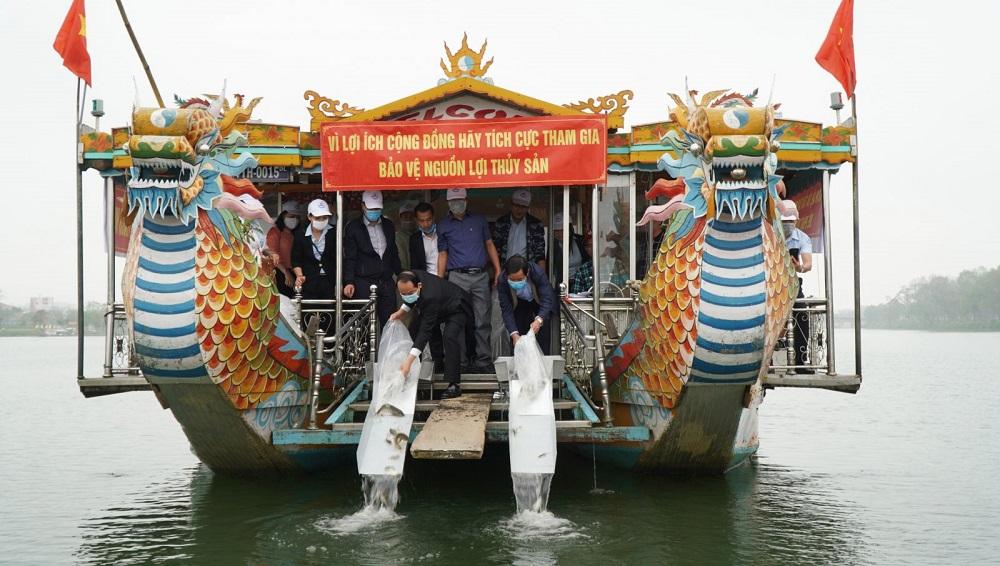 Lãnh đạo tỉnh Thừa Thiên Huế tham gia thả cá xuống sông Hương.