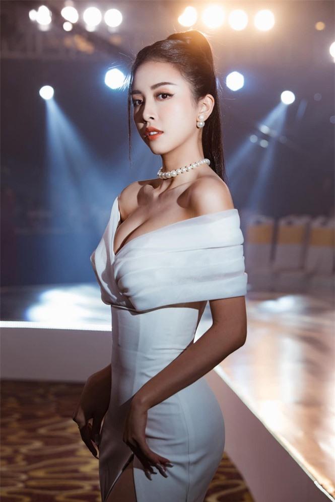 Top 3 Hoa hậu Việt Nam 2018: Tiểu Vy thần thái sang chảnh, Phương Nga-Thúy An ngày càng quyến rũ - ảnh 16