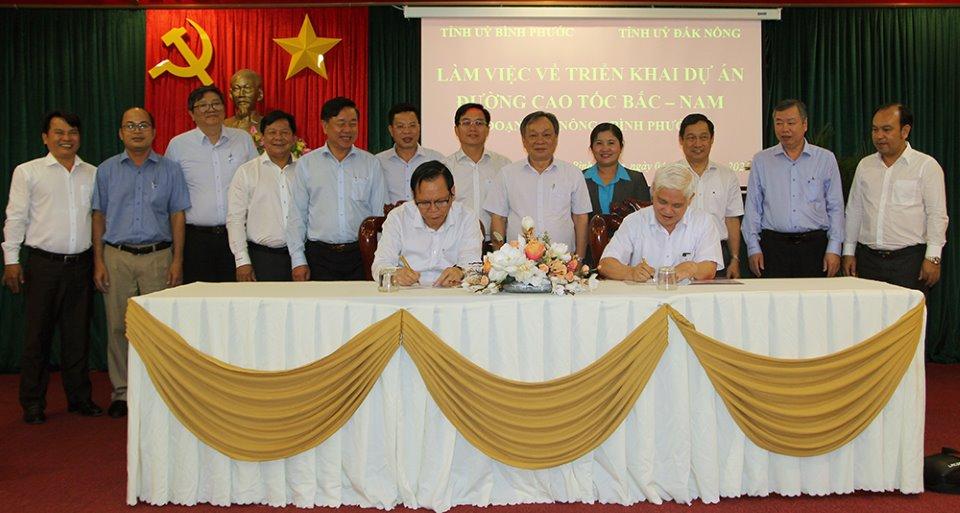 Bí thư Tỉnh ủy Đắk Nông và Bí thư Tỉnh ủy Bình Phước ký kết biên bản hợp tác triển khai các bước tiếp theo thúc đẩy triển khai dự án cao tốc đi qua 2 tỉnh.