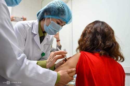 Tình nguyện viên đầu tiên tiêm thử nghiệm giai đoạn hai vaccine Nanocovax tại Hà Nội, sáng 26/2. Ảnh:Giang Huy.