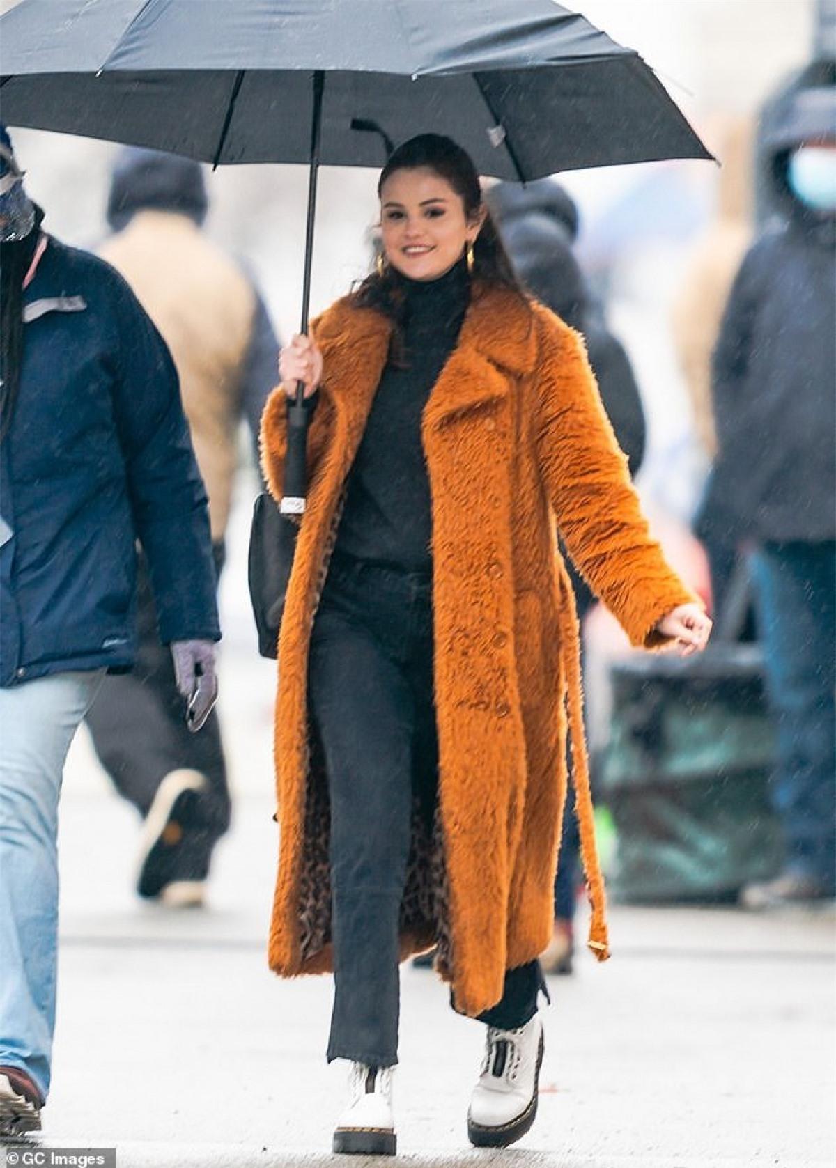 """""""Tình cũ"""" Justin Bieber diện đồ kín đáo, ấm áp và che ô dưới thời tiết giá lạnh."""