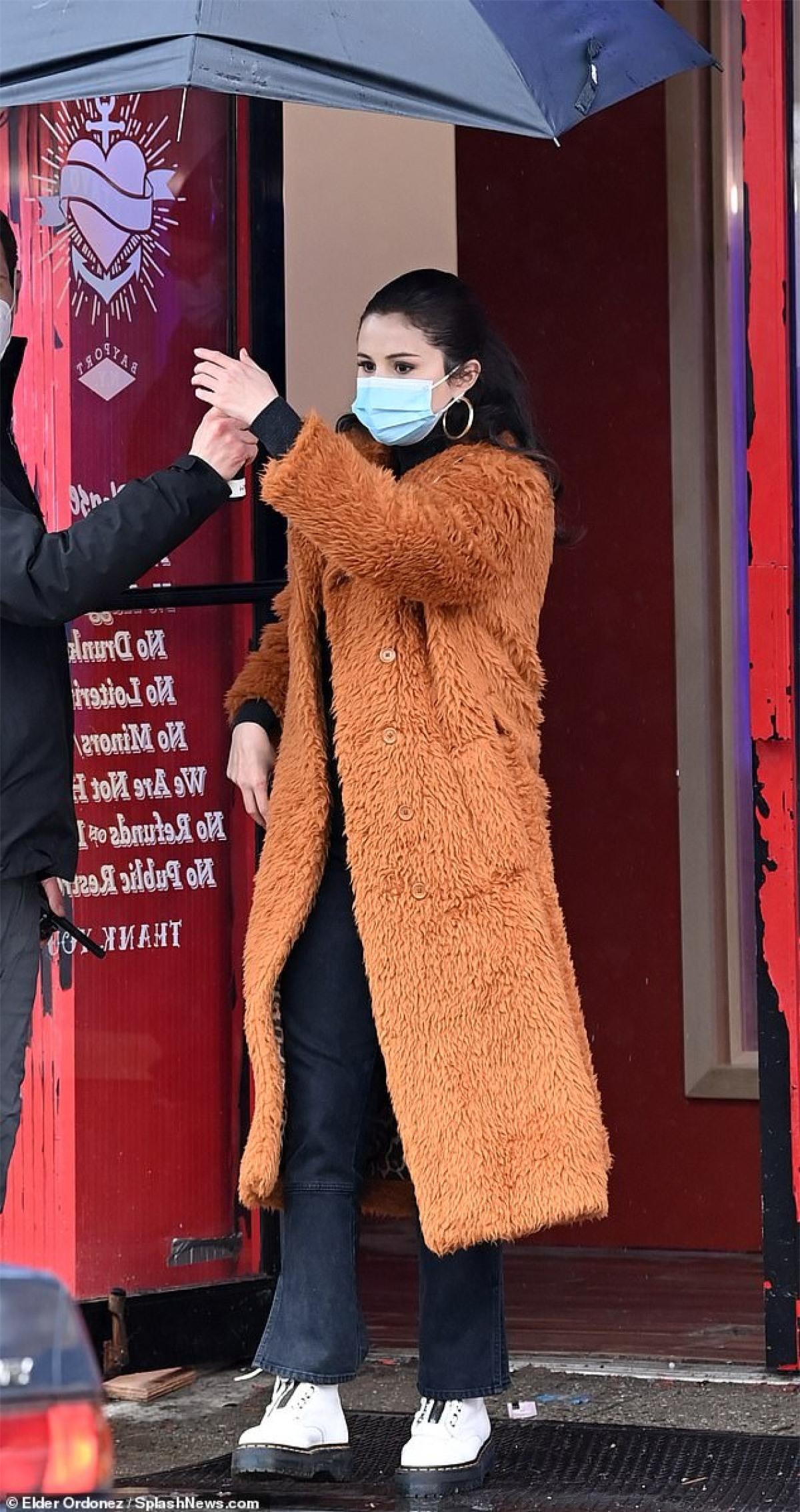 Cách đây không lâu, Selena Gomez vui vẻ đi hẹn hò ăn trưa cùng một chàng trai lạ mặt ở New York.