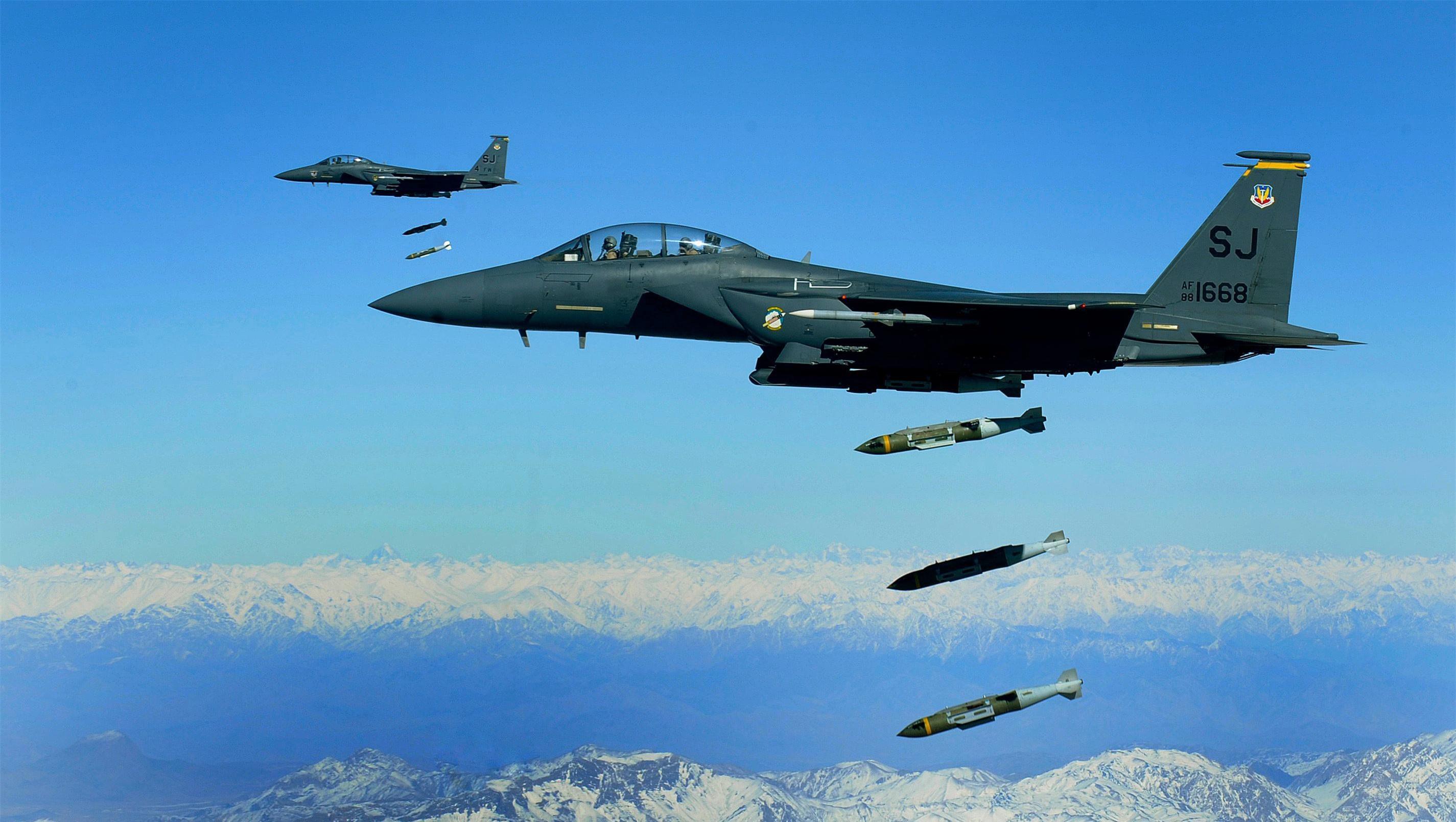 Tiem kich F-15E cua My manh ngang may bay nem bom chien luoc Trung Quoc-Hinh-17