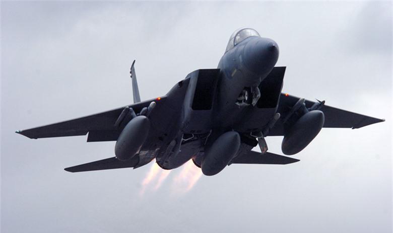 Tiem kich F-15E cua My manh ngang may bay nem bom chien luoc Trung Quoc-Hinh-2