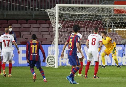 Pha dứt điểm bất ngờ ngoài vòng cấm của Dembele (số 11) mở ra cú ngược dòng nghẹt thở cho Barca