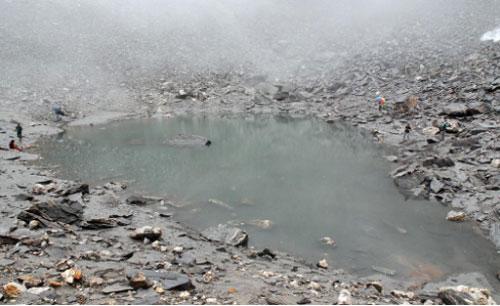 Bí ẩn về hồ xương người khổng lồ trên đỉnh Himalaya