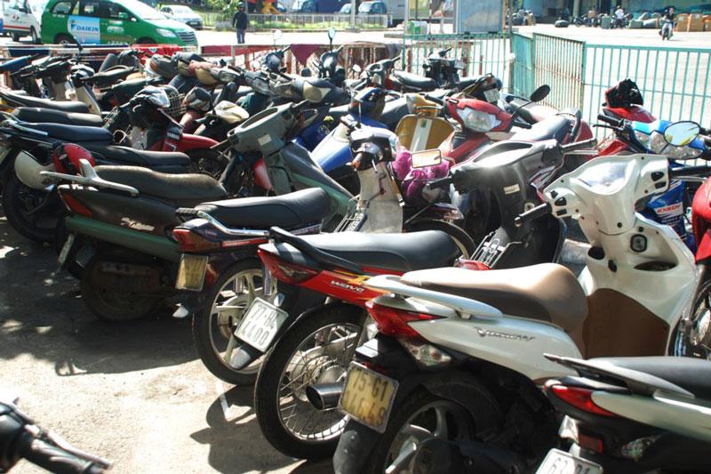 3 nguy cơ đáng sợ khi để xe máy ngoài trời nắng