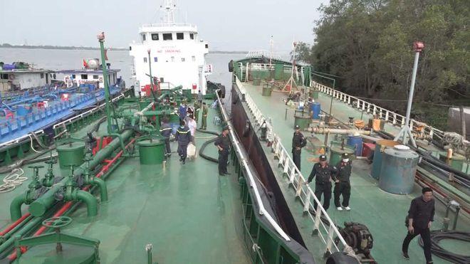 Tàu chở xăng dầu trong vụ buôn lậu xăng giả bị Công an bắt giữ.