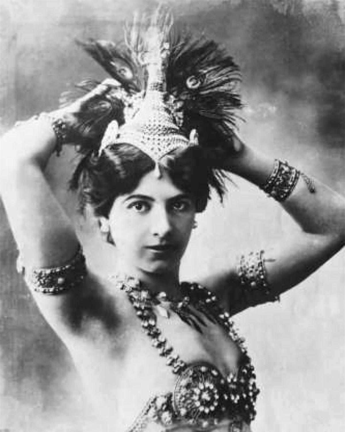 Mata Hari (1876–1917): Mata Hari, sinh ra tại thị trấn Leyvarden ở Hà Lan, là một vũ nữ nổi tiếng khắp Paris hoa lệ với những điệu nhảy tốn nhiều giấy mực của các nhà phê bình nghệ thuật. Trong suốt Thế chiến I, Mata Hari được cho là có nhiệm vụ thu thập tin tức có liên quan đến hoạt động quân sự của Pháp ở Paris và các khu vực chiến lược quan trọng rồi thông báo cho cơ quan tình báo Đức. Năm 1917, cô bị Pháp xử bắn và qua đời ở tuổi 41.