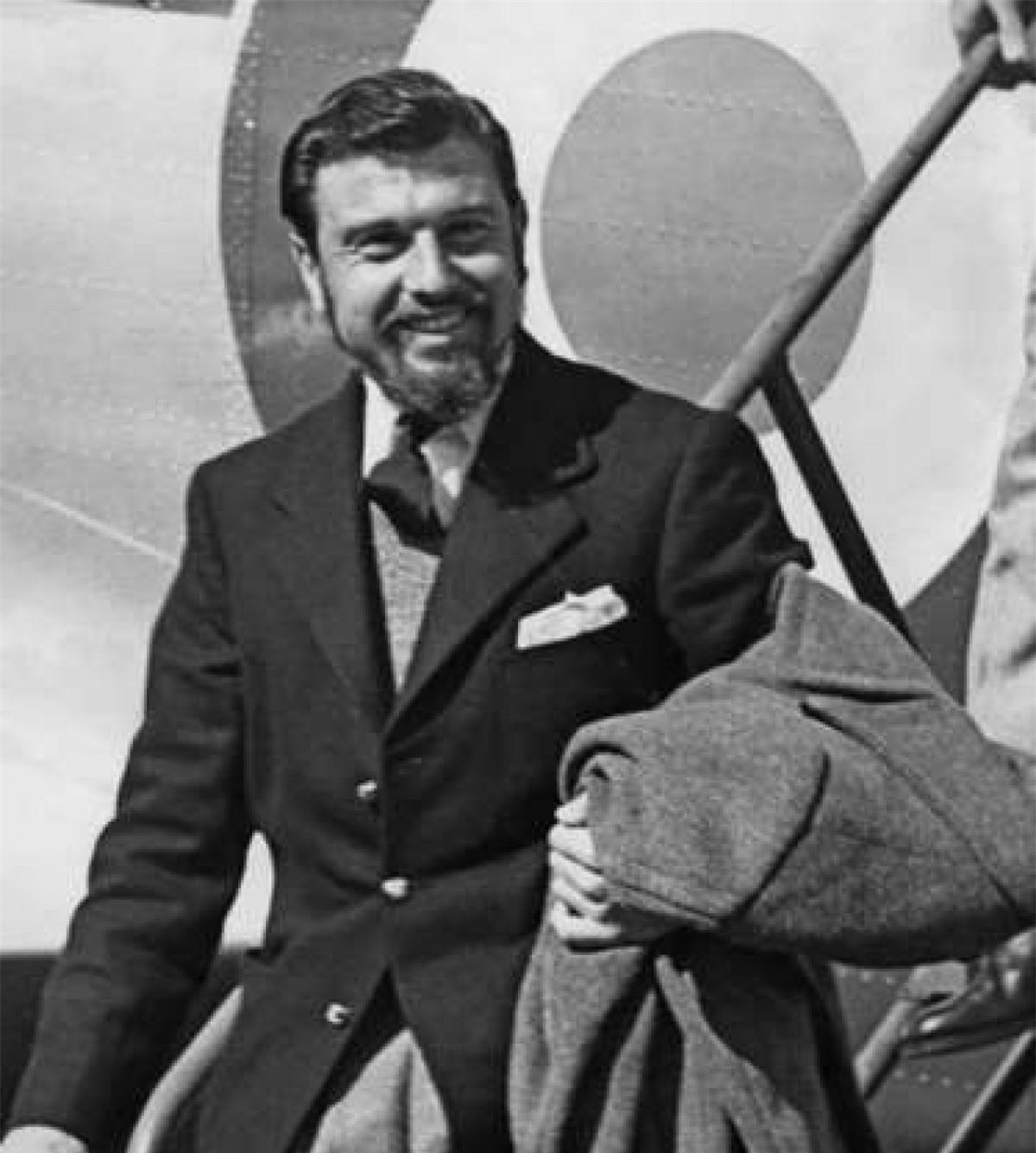 George Blake (1922– ): Sinh ra ở Hà Lan, Blake, người sau này có quốc tịch Anh đã phục vụ trong Hải quân Hoàng gia trong suốt Thế chiến II trước khi được MI6 tuyển chọn. Năm 1948, ông đóng quân ở Seoul, Hàn Quốc. Trong Chiến tranh Triều Tiên, ông bị phía Triều Tiên bắt giữ và sau đó tình nguyện làm việc cho cơ quan gián điệp của Liên Xô là KGB. Được thả năm 1953, ông tiếp tục làm điệp viên cho Liên Xô tới năm 1961 thì thân phận của ông bị bại lộ. Bị tuyên án 42 năm tù giam, Blake đã vượt ngục và chạy tới Moscow, nơi ông đang sống hiện nay.