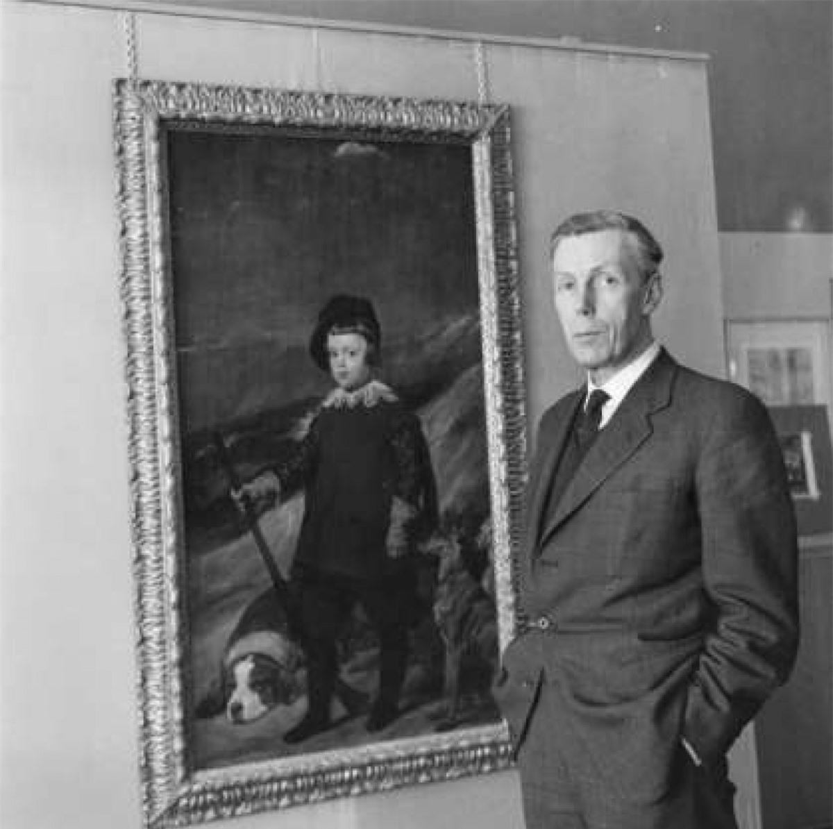 Anthony Blunt (1907–1983): Từng là một sử gia nghệ thuật của Anh, Blunt có lẽ đã trở thành điệp viên cho Liên Xô trong một chuyến thăm tới Moscow năm 1934. Ông Blunt cũng là một thành viên của cơ quan tình báo Quân đội Anh trong suốt Thế chiến II khi ông được Cơ quan Mật vụ MI5 tuyển chọn. Blunt thú nhận ông là điệp viên cho Liên Xô năm 1964 sau khi được miễn truy tố.
