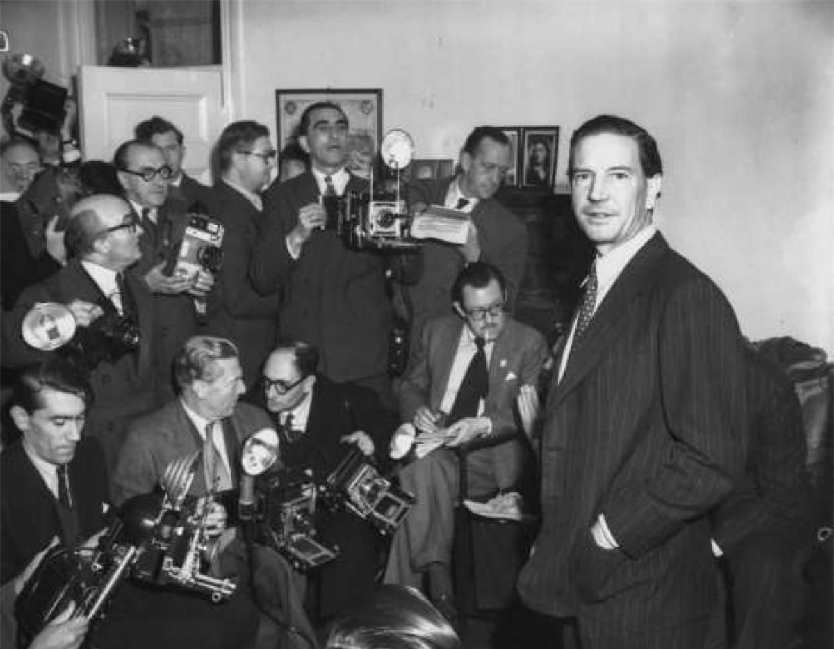 """Kim Philby (1912–1988): Philby là """"át chủ bài"""" của Cơ quan Tình báo Đối ngoại Anh (MI6), được tiếp cận với nhiều thông tin tuyệt mật. Tuy nhiên, ông cũng là điệp viên 2 mang nổi danh nhất Liên Xô trong Chiến tranh Lạnh. Ông đến Washington DC năm 1949 nhưng dưới sự giám sát ngày càng chặt của CIA, Philby đã trốn tới Liên Xô từ Beirut. Ông mất tại Moscow và được truy điệu như một người hùng."""