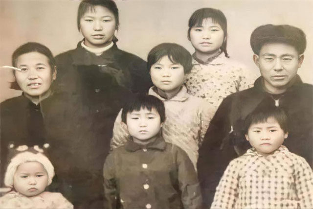Ông bố đẻ 8 cô con gái bị họ hàng cười nhạo 'Sau này không có thằng chống gậy', nhiều năm sau ai cũng ghen tị nổ đom đóm mắt