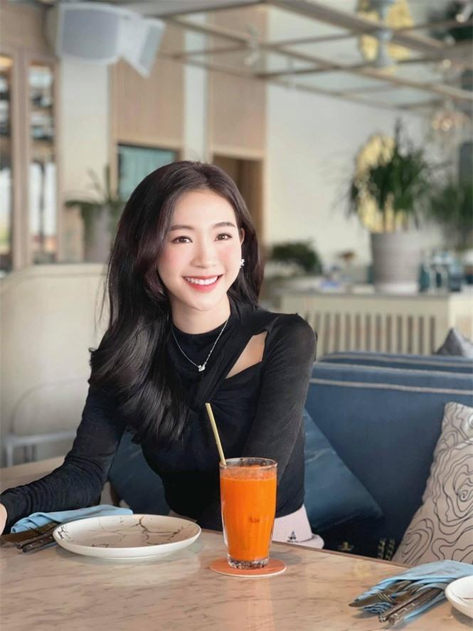 Nhan sắc đời thường đẹp khả ái của 'bản sao' hoa hậu Đặng Thu Thảo - ảnh 1