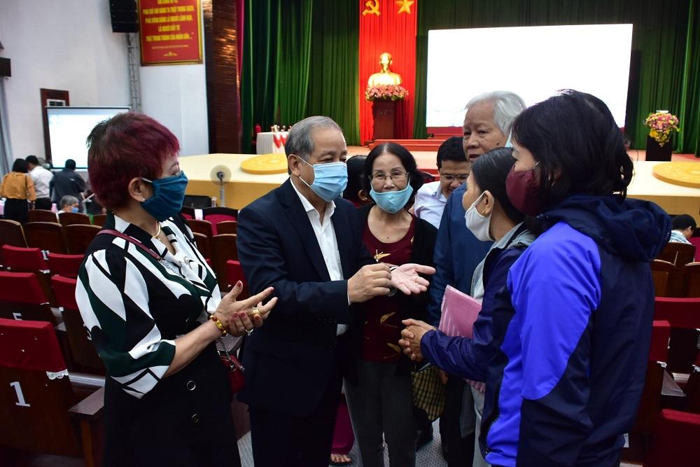 Chủ tịch UBND tỉnh Thừa Thiên Huế Phan Ngọc Thọ trao đổi thân mật cùng người dân sau buổi đối thoại.