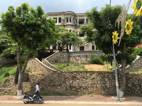 """Tin đồn về lâu đài """"con ma nhà họ Hứa"""" ở Long Hải"""