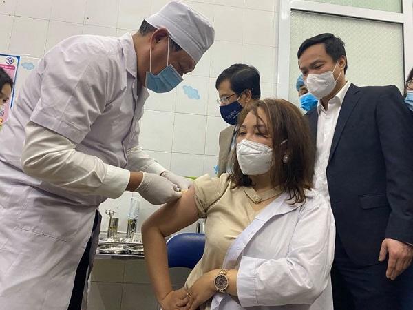 Ba Thứ trưởng Bộ Y tế trực tiếp giám sát tiêm vaccine phòng COVID-19