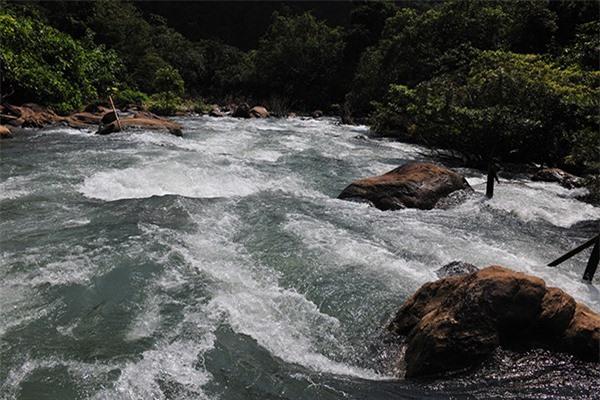 Khám phá vẻ đẹp hoang sơ của suối Nước Moọc  - Ảnh 1.