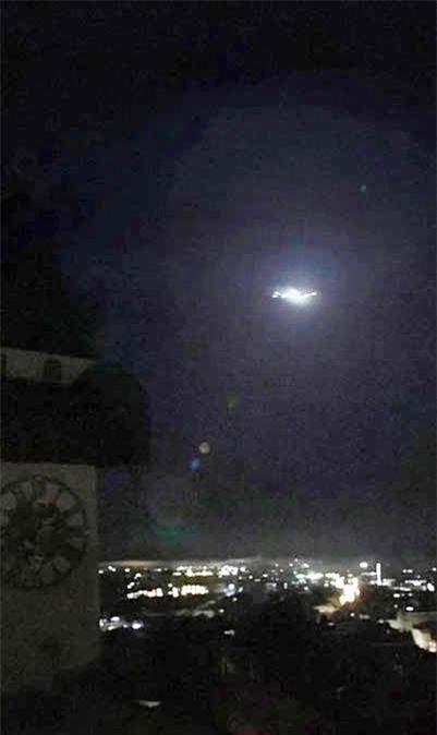 UFO voi tia lua mau xanhxuat hieno Nhat Ban