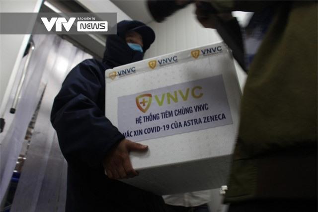Vaccine COVID-19 rời kho tổng tới Bệnh viện Bệnh Nhiệt đới TP Hồ Chí Minh - Ảnh 2.