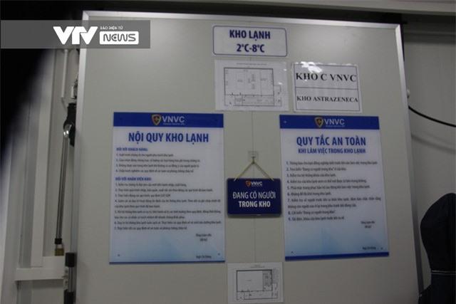 Vaccine COVID-19 rời kho tổng tới Bệnh viện Bệnh Nhiệt đới TP Hồ Chí Minh - Ảnh 5.