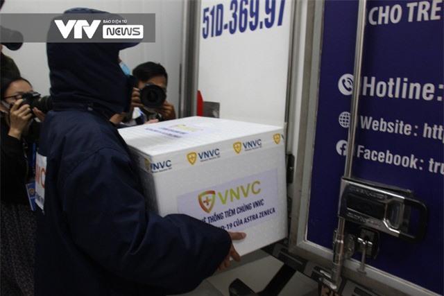 Vaccine COVID-19 rời kho tổng tới Bệnh viện Bệnh Nhiệt đới TP Hồ Chí Minh - Ảnh 7.