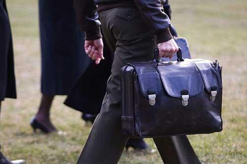 """Một sĩ quan quân đội Mỹ mang chiếc cặp hạt nhân, hay còn gọi là """"quả bóng đá hạt nhân""""."""