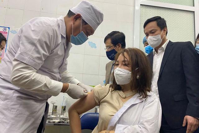 Những hình ảnh đầu tiên về tiêm vaccine COVID-19 tại Việt Nam