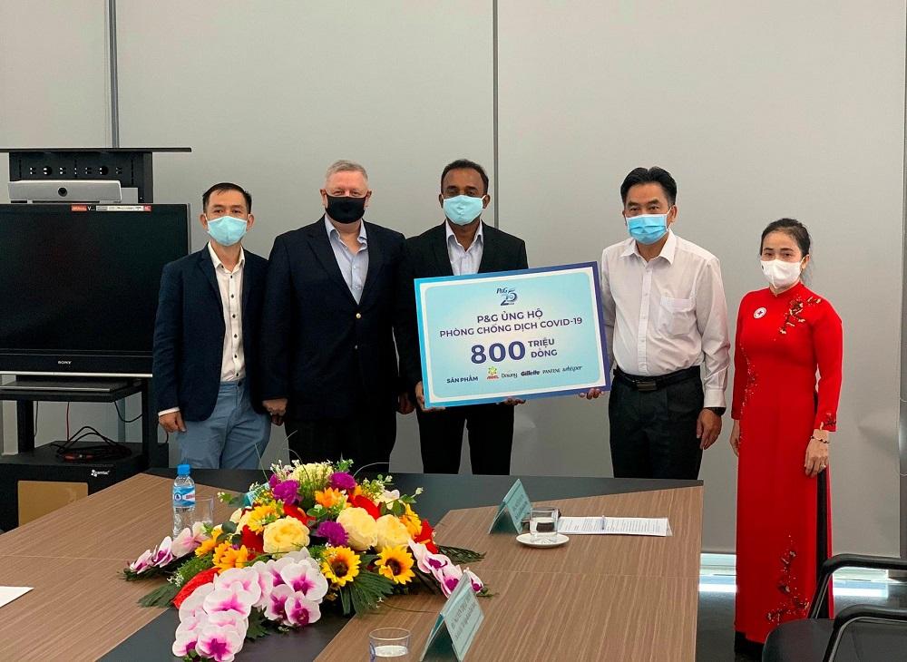 Đại diện Công ty P&G Việt Nam tặng cho tỉnh Bình Dương