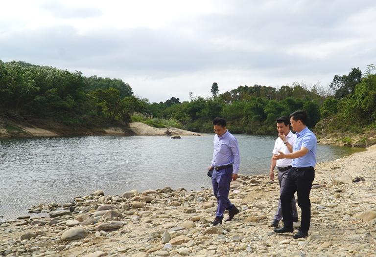 Phó Chủ tịch UBND tỉnh Thừa Thiên Huế Nguyễn Thanh Bình cùng lãnh đạo Sở Du lịch, UBND huyện Phong Điền khảo sát thực tế điểm du lịch suối thác thiên nhiên Hầm Heo.