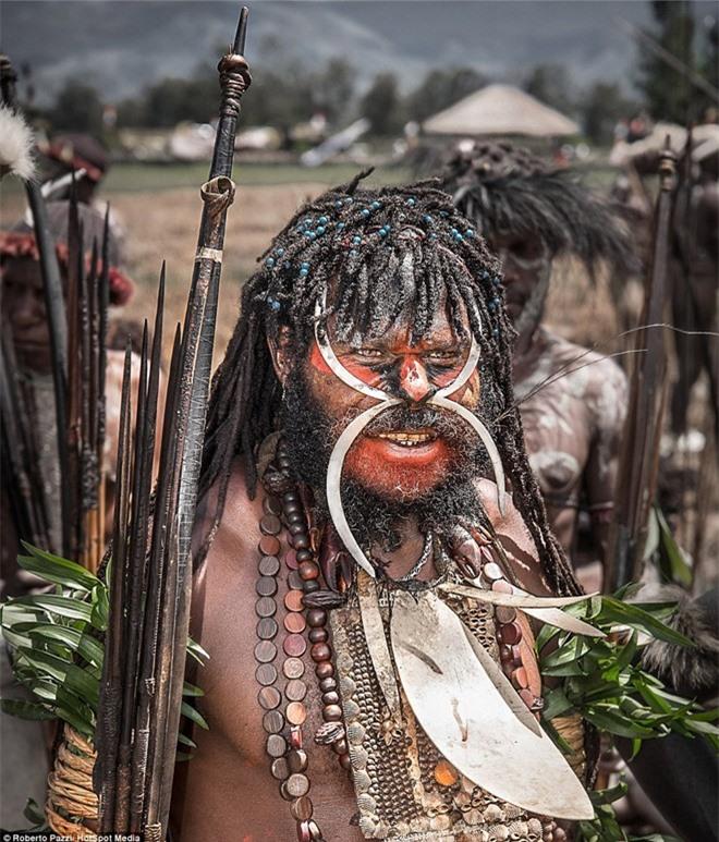 Nhìn gần bộ tộc bí ẩn đeo khuyên mũi bằng răng lợn - ảnh 2