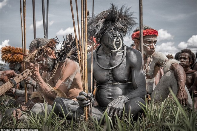 Nhìn gần bộ tộc bí ẩn đeo khuyên mũi bằng răng lợn - ảnh 3